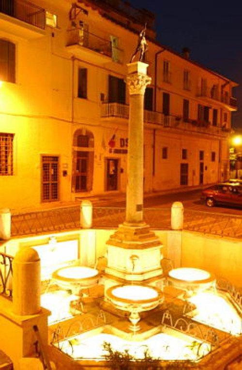 comune-valmontone-fontana-del-colle-e-palazzo-comunale.jpg